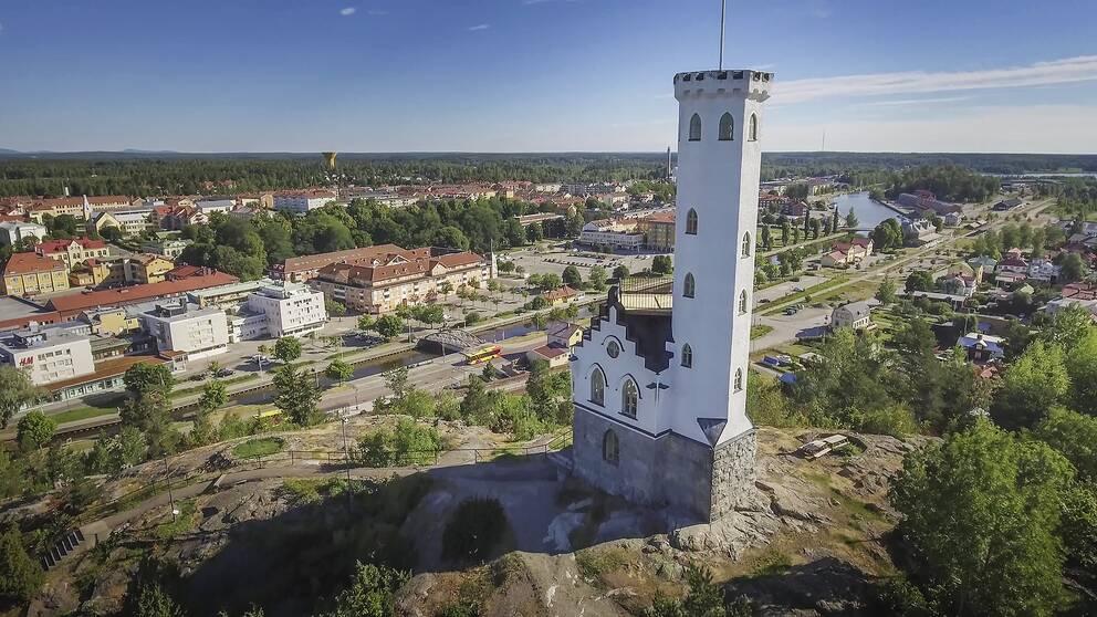 Vy över Söderhamn med Oscarsborg i förgrunden.