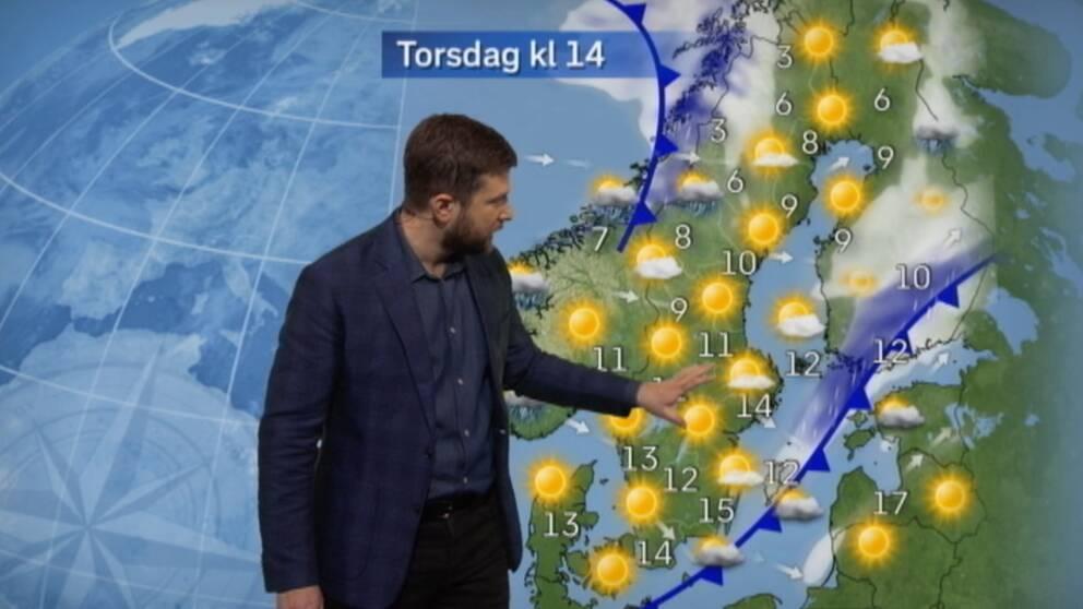 SVT:s meteorolog Nitzan Cohen presenterar vädret framför väderkartan. Många solar.