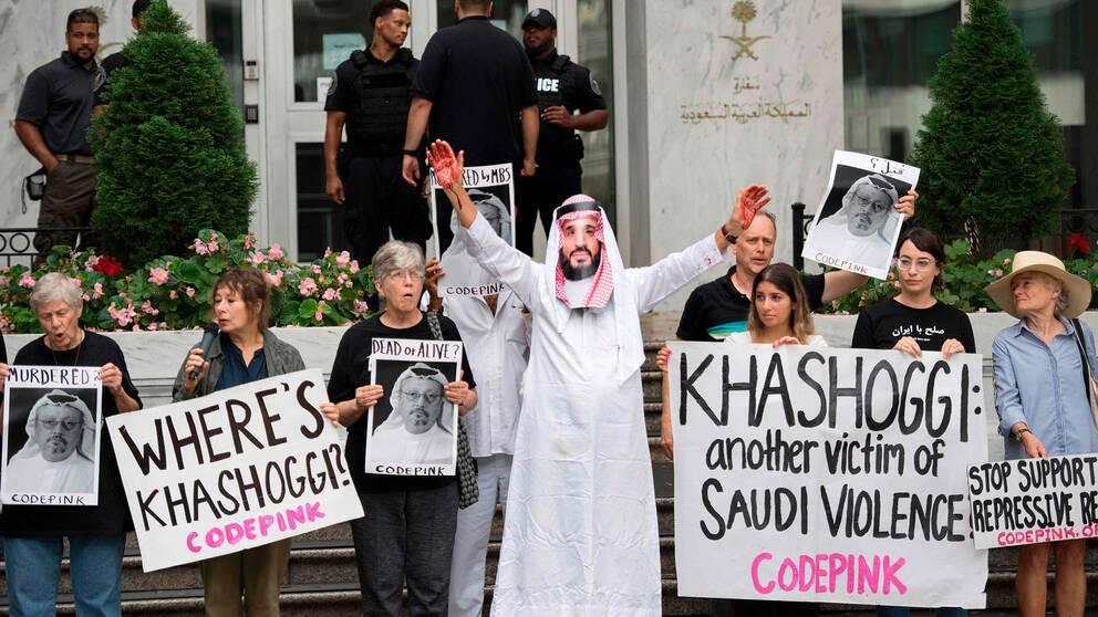 Demonstranter utanför Saudiarabiens ambassad i Washington. En av dem är utklädda till den saudiske kronprinsen Mohammed bin Salman med blod på händerna.