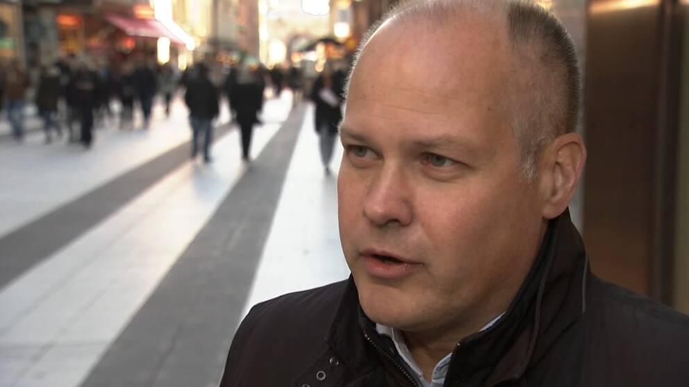 Inrikesminister Morgan Johansson intervjuas på Drottninggatan i Stockholm. Mycket folk går i bakgrunden.