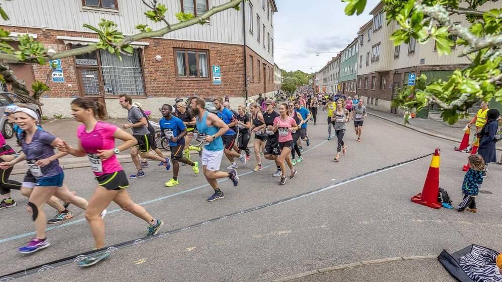 En bild på löpare som springer genom Majorna.