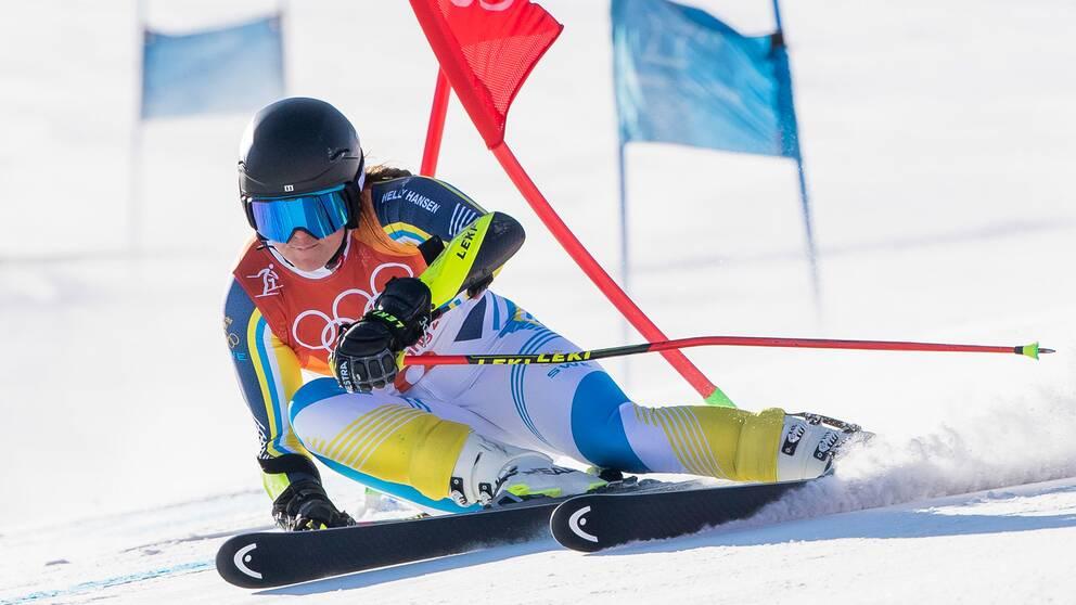 kvinna som åker slalom