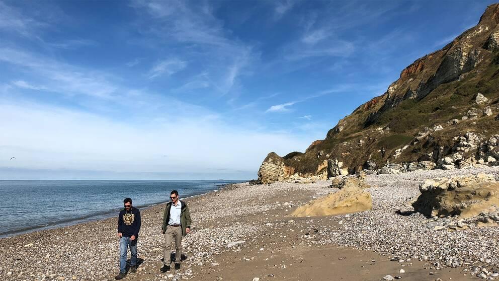 Gwenn Couprie visar upp stranden i Normandie för SVT:s korrespondent Christoffer Wendick