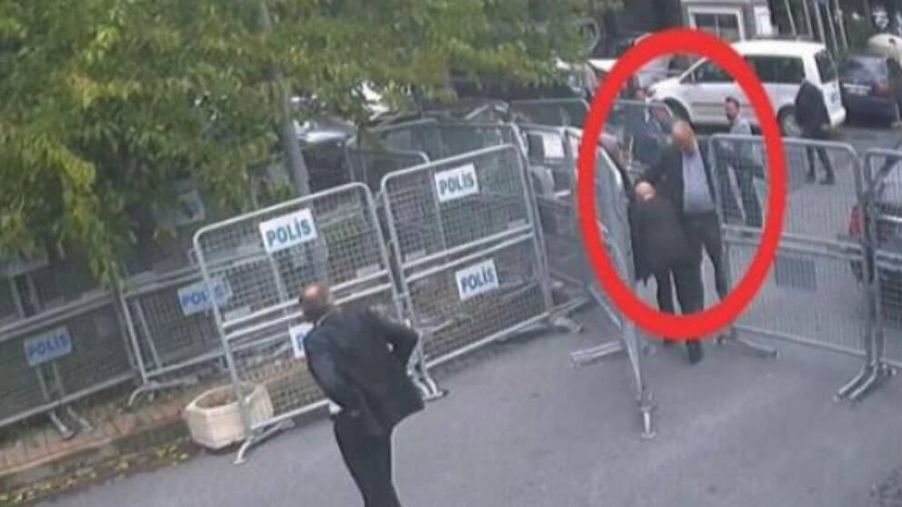 Den här bilden visar Khashoggi på väg in till konsulatet i Istanbul.