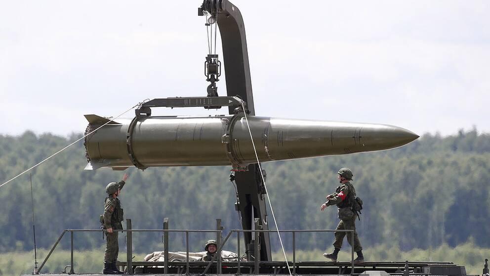 En rysk Iskander-robot visas upp på militärmässa utanför Moskva. Robotens räckvidd understiger 500 kilometer, vilket är tillåtet enligt INF-avtalet. Men roboten kan modifieras så att den når längre, enligt Totalförsvaretsforskningsinstitut (FOI).