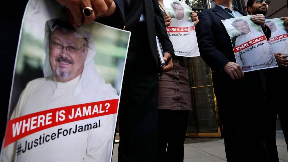 Människor bär plakat med Khashoggis avbild