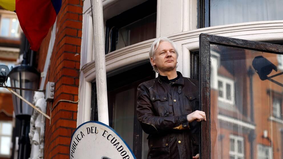 Julian Assange på en balkong på Ecuadors ambassad i London våren 2017. Arkivbild.