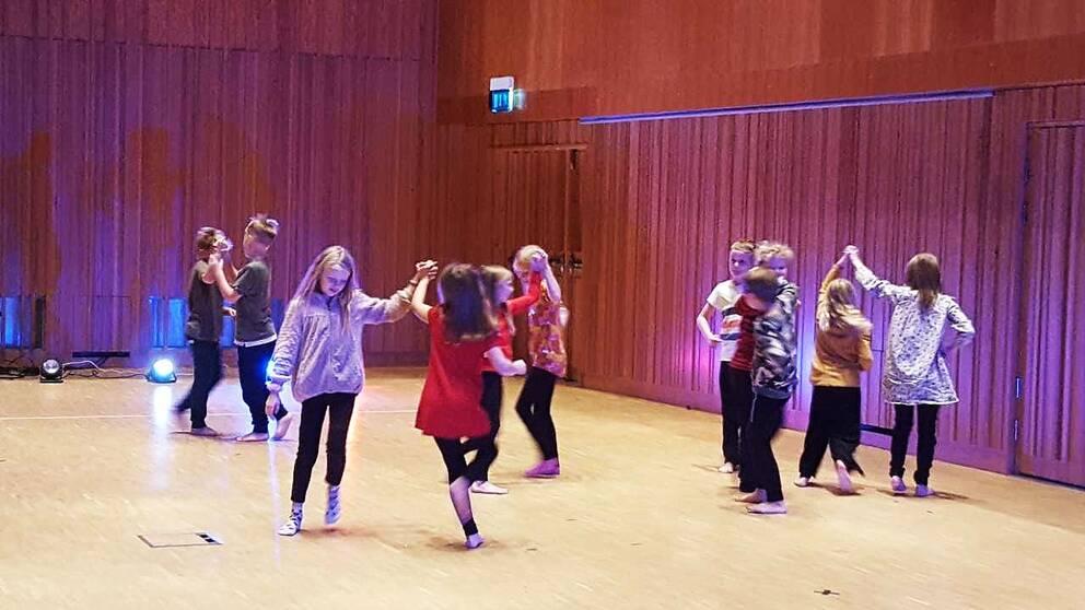 Manifestation för dans i skolan