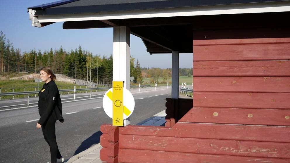 reflexsnurra vid busshållplats kvinna