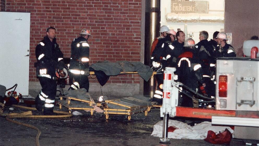 Räddningstjänsten på plats och tar hand om offren vid en brand i en industrilokal på Backaplan i Göteborg.