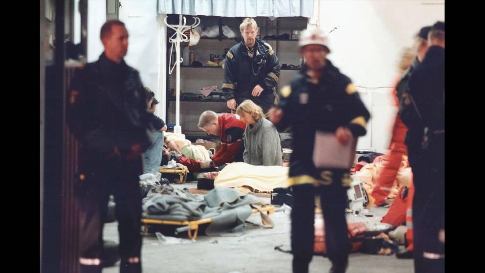Räddningstjänsten på plats och tar hand om offren.