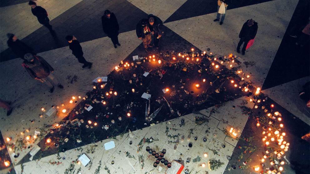 Flera hundra ljus tändes för offren i Göteborgsbranden på Sergels torg i Stockholm två dagar efter.