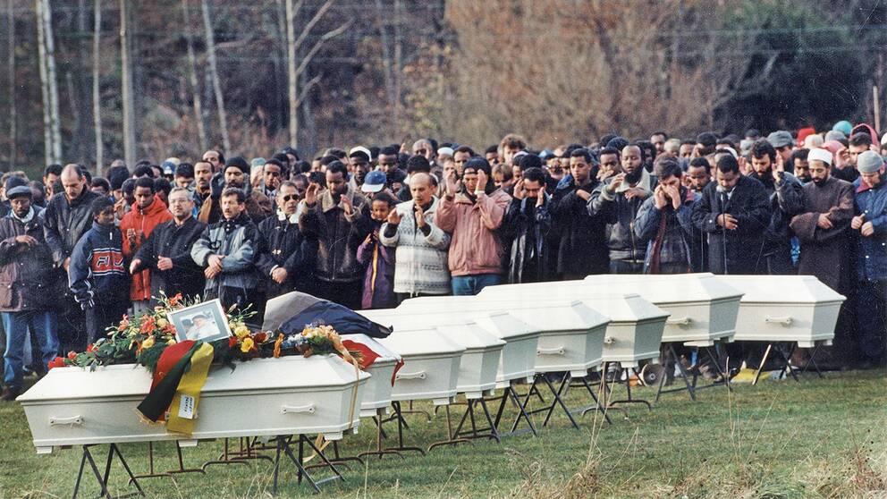Begravning utanför Göteborg 6:e november 1998 för nio av ungdomarna som omkom.