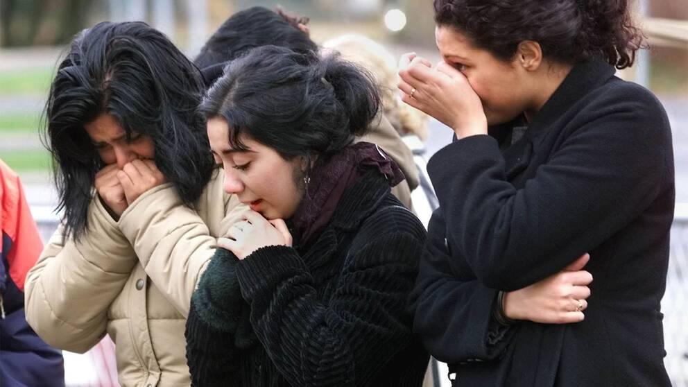 Tre kvinnor som gråter.