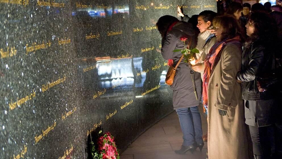 Människor som tittar på minnesmärket