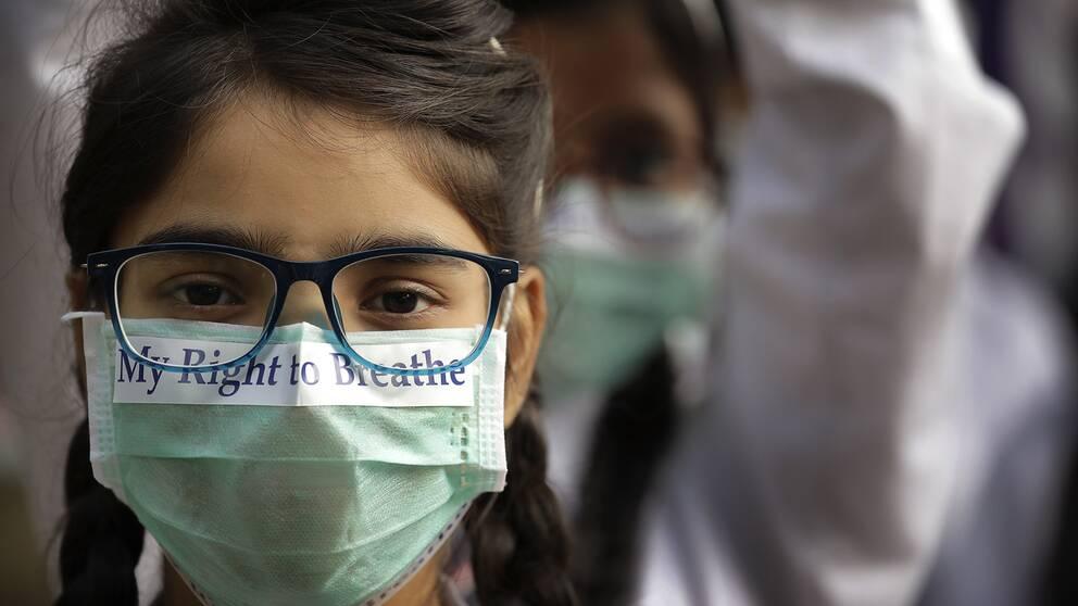 Elever i New Delhi, Indien, protesterar mot luftföroreningar i november 2017.
