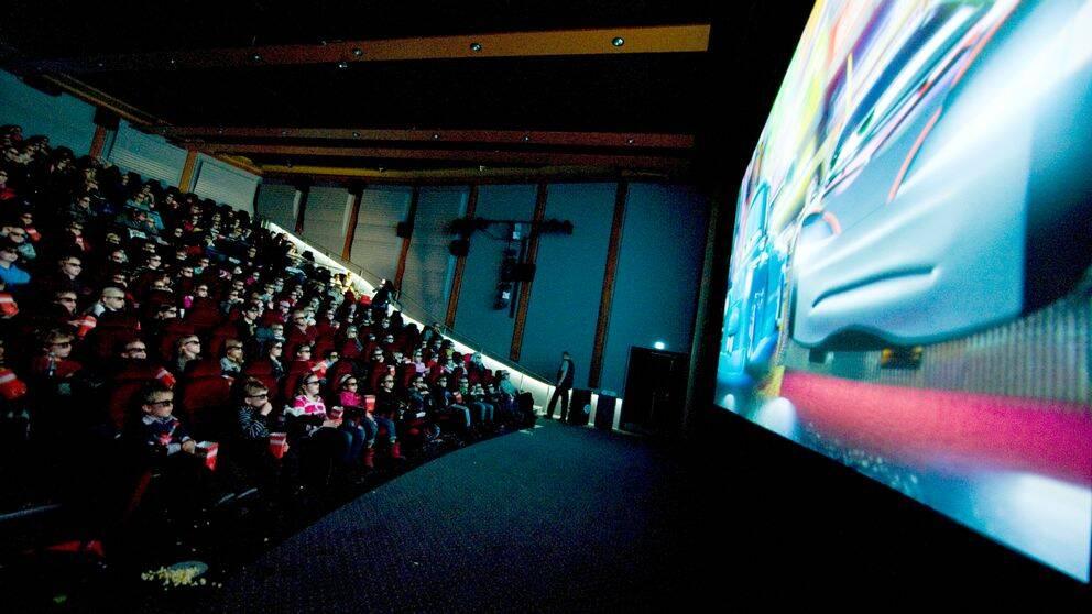 Barn och vuxna provar ser på bio på biografen Sergel på Hötorget i Stockholm. Arkivbild.