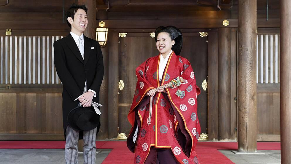 Prinsessan Ayako har gift sig med en man av folket och måste därmed avsäga sig sin titel och lämna den kejserliga familjen. Brudgummen heter Kei Moriya.