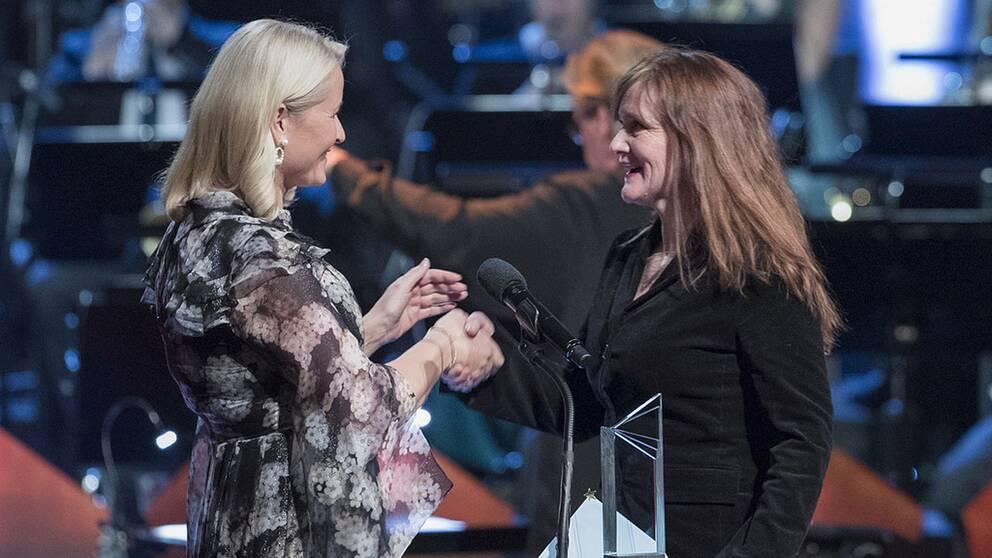 Norska kronprinsessan Mette-Marit gratulerar Auður Ava Ólafsdóttir för Nordiska rådets litteraturpris 2018