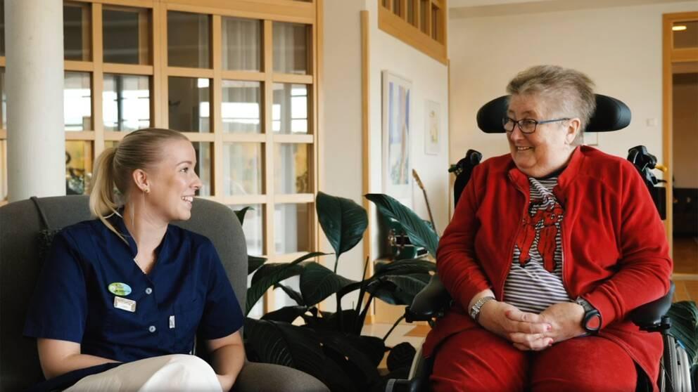 Julia Engman (till vänster) jobbar på Mellannorrlands hospice i Sundsvall, där SVT Nyheter även träffar gästen Birgitta Romboni (till höger)