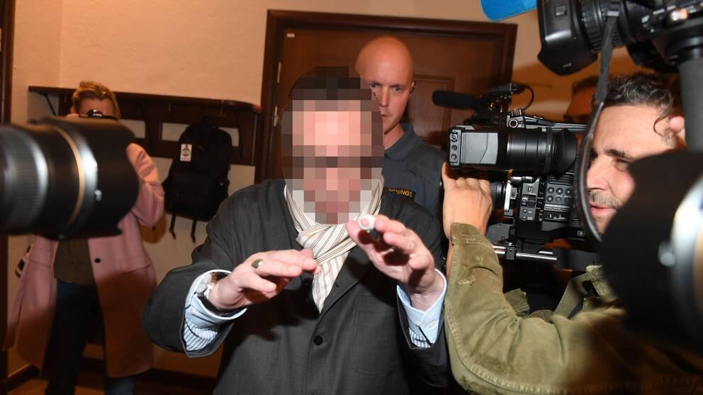 Den så kallade kulturprofilen anländer Stockholms tingsrätt under stort mediauppbåd tidigare i höst.