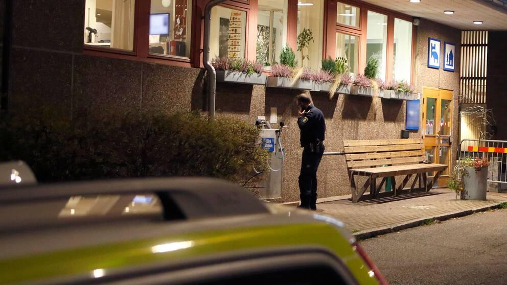 Polis utanför vandrarhemmet