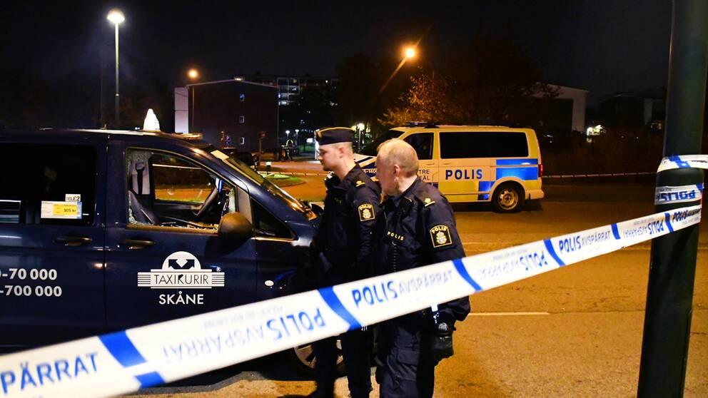 Polisen på plats efter gripandet i Holma, cirka 700 meter från den snabbmatsrestaurang där mannen först gick till attack