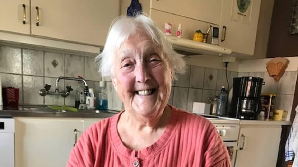 Ella Johansson, 90 år gammal, sitter på en stol hemma i sitt kök.