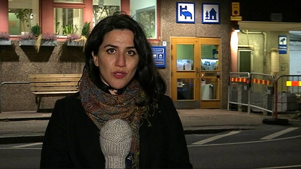 Reporter Shohreh Zare utanför vandrarhemmet där den kvinnan avled.