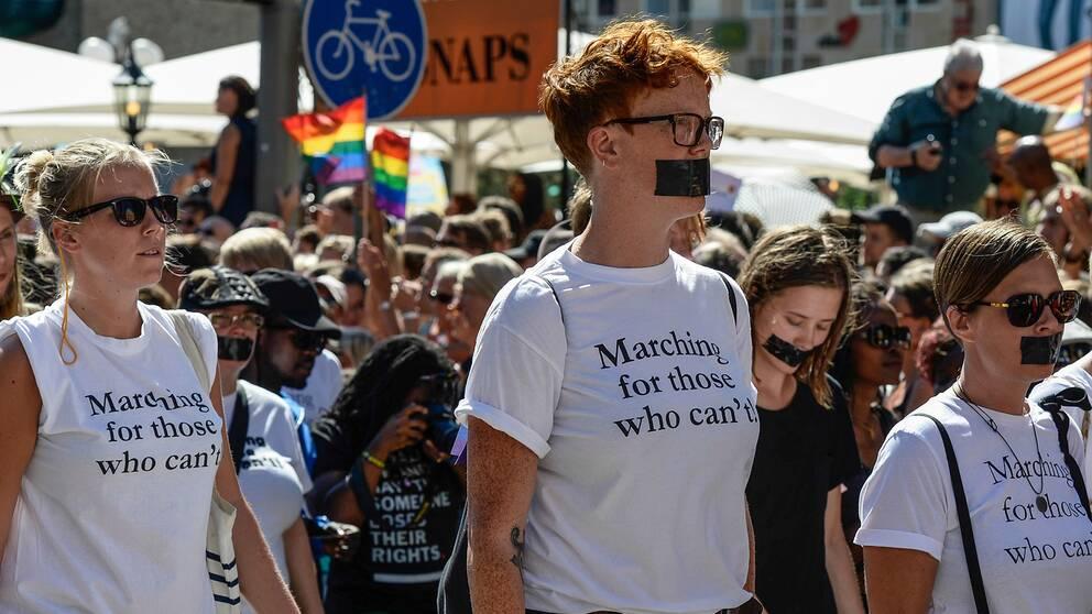 Deltagare i Stockholm Pride 2013 manifesterar för de som inte själva tillåts gå i prideparaden.