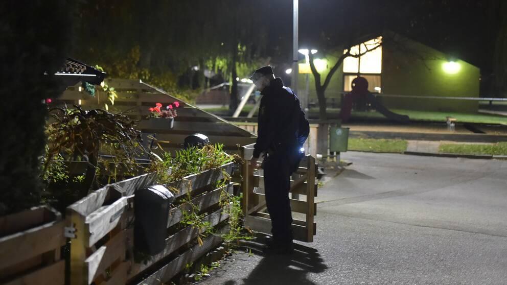 Polisen vid radhuset som misstänks ha beskjutits under lördagskvällen.
