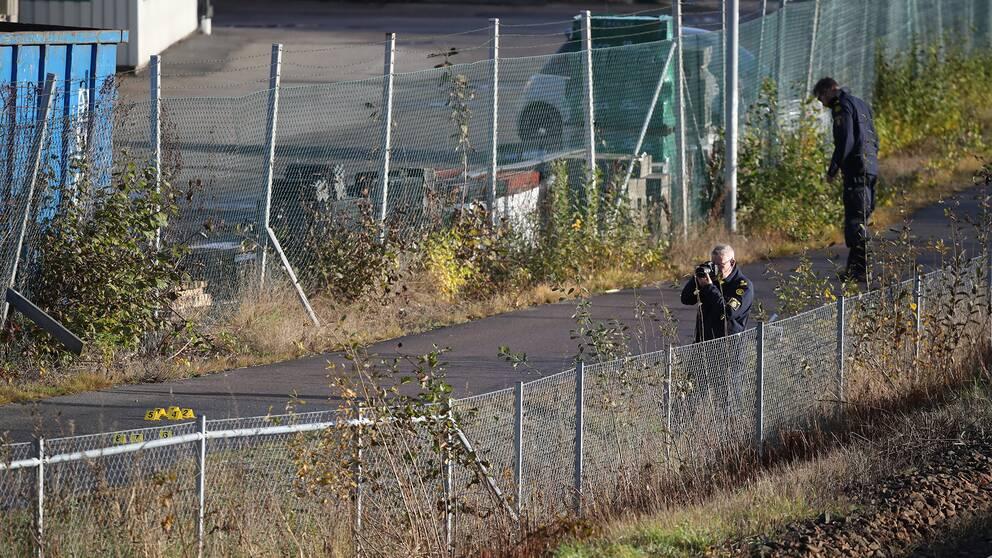 Polisens tekniker arbetar på platsen utanför en festlokal i Mölnlycke utanför Göteborg där en skottlossning inträffade på lördagskvällen.