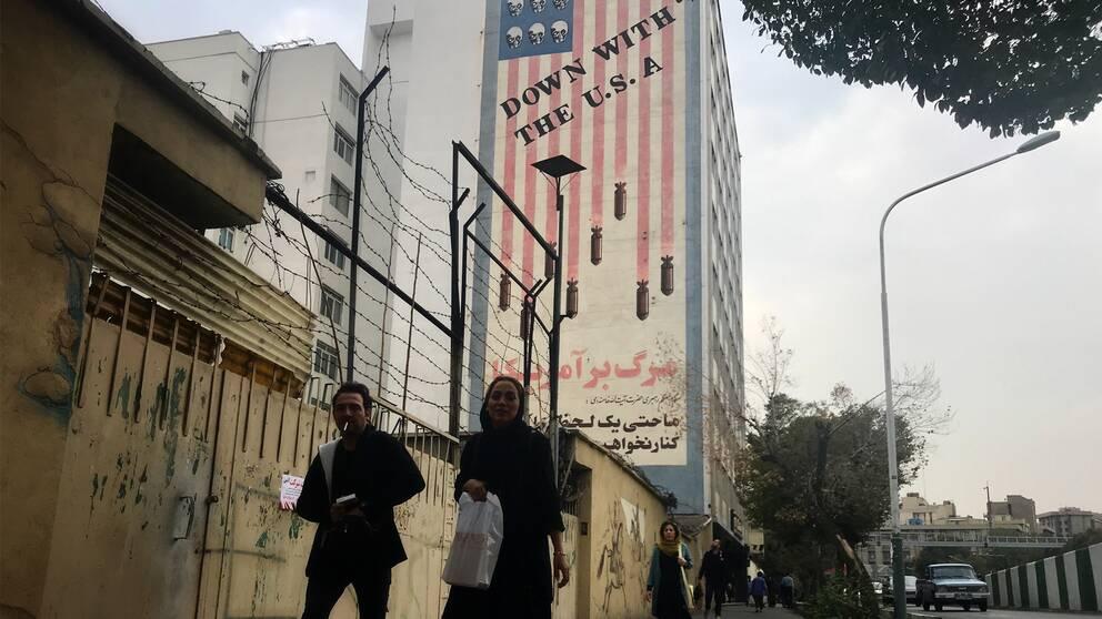 Målning på en vägg av bomber som faller.