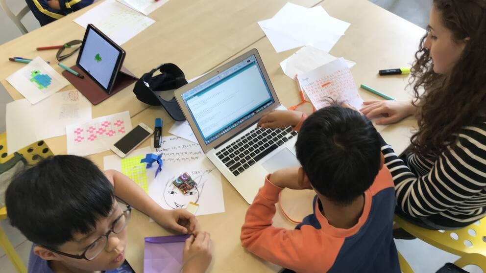 Vid workshops på skolor försöker man lära tidigt lära ut programmering.