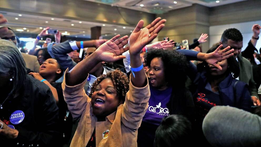 Demokratiska väljare i Atlanta jublar när nya siffror för deras kandidat, Stacey Abrams, rullar in.