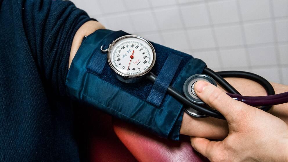 Sjuksköterska mäter blodtryck.