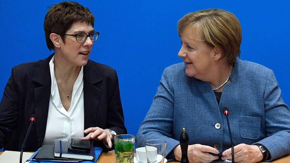 AAnnegret Kramp-Karrenbauer står politiskt nära förbundskansler Angela Merkel.nnegret Kramp-Karrenbauer står politiskt nära förbundskansler Angela Merkel.