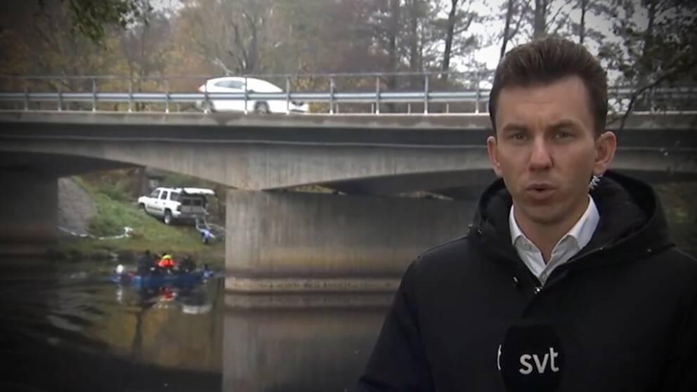SVT:s reporter Oskar Jönsson på plats vid Ätran som rinner genom Falkenberg.