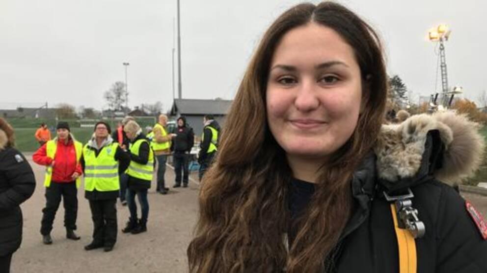 Mathilda Hasic från Drottning Blankas gymnasieskola, bestämde tillsammans med sin klass för att dela ut fika till de som söker efter pojken.