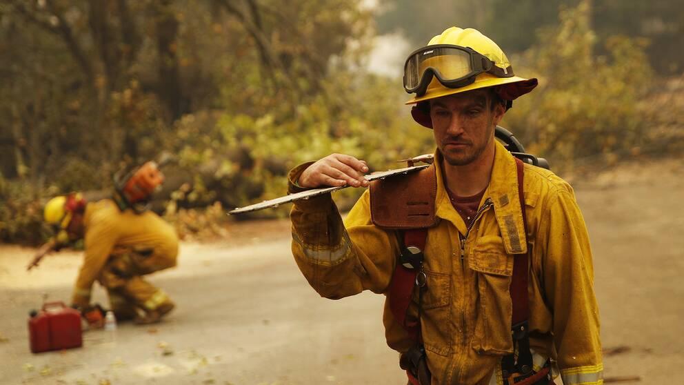 En av många brandsoldater som jobbat hårt i spåren av den svåra branden i Butte county, här i den helt nedbrända staden Paradise