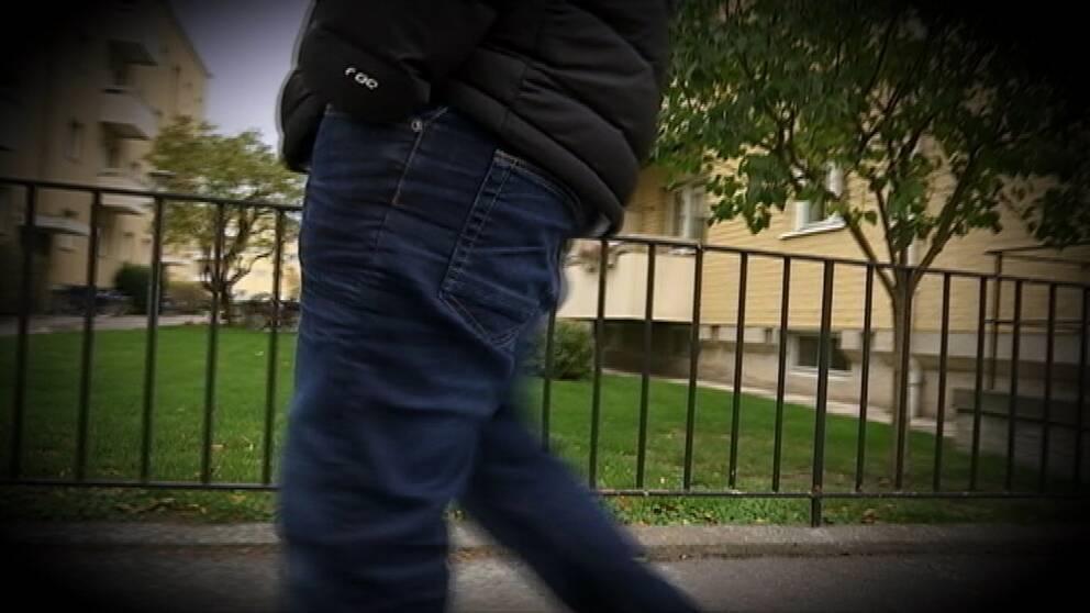 Genrebild, en anonym bild där man ser benen på en person i gatumiljö.
