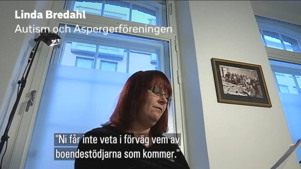 """Linda Bredahl läser ur ett brev. Texten: """"Ni får inte veta i förväg vem av boendestödjarna som kommer."""""""