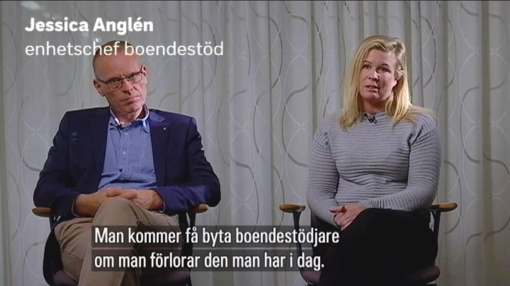 """Magnus Johansson och Jessica Anglén sitter på varsin stol. Texten: """"Man kommer få byta boendestödjare om man förlorar den man har idag."""""""