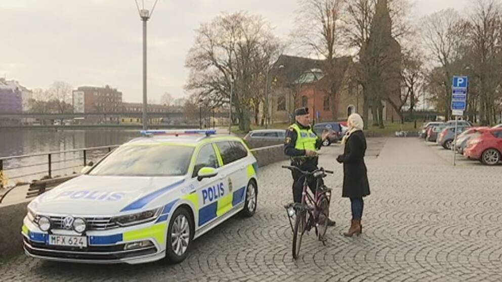Polisen Tomas Bonn pratar med SVT:s reporter Otilia Bogen vid Fors kyrka i Eskilstuna.