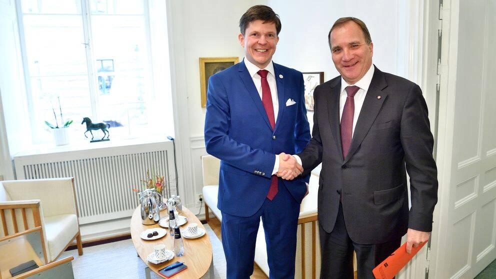 Talman Andreas Norlén tar emot statsminister Stefan Löfven (S) i riksdagen.