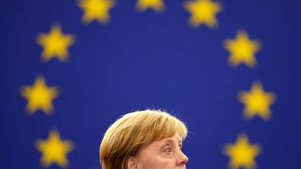 Tysklands förbundskansler Angela Merkel med EU-flagga i bakgrunden.