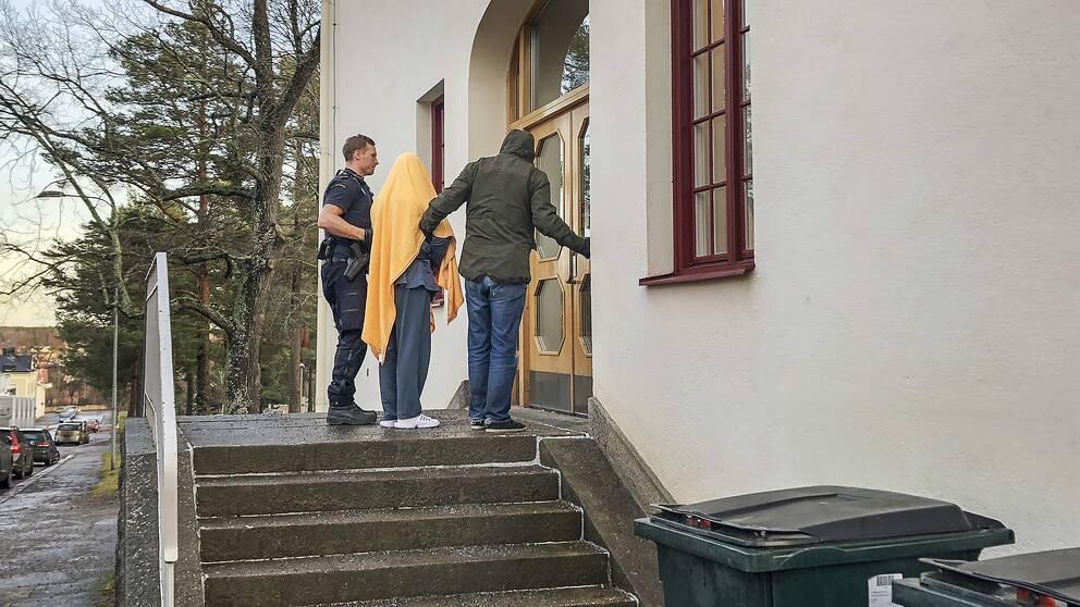En av de misstänkta smugglarna förs in i Hudiksvalls tingsrätt inför en häktningsförhandling.