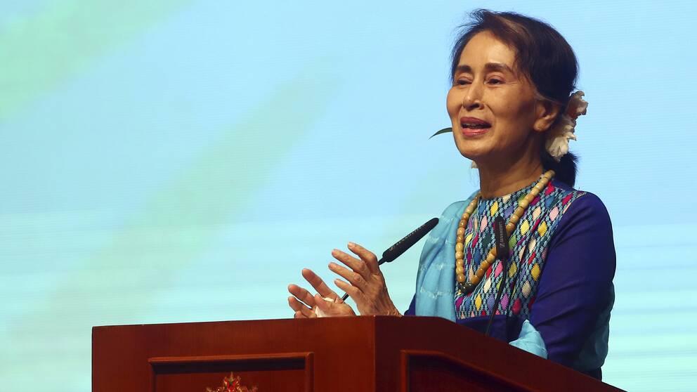 """Myanmars ledare Aung San Suu Kyi håller ett tal för företagsledare i Myanmar. I dag har Facebook stängd av omkring 20 individer och organisationer för att """"hindra spridandet av hat och missinformation"""". Bland dessa finns ledare för landets militär."""