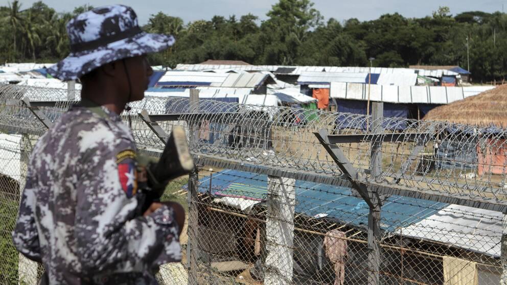 En soldat vaktar gränsen mellan Myanmar och Bangladesh. Taggtråd hindrar flyktingarna från att återvända till sina byar.