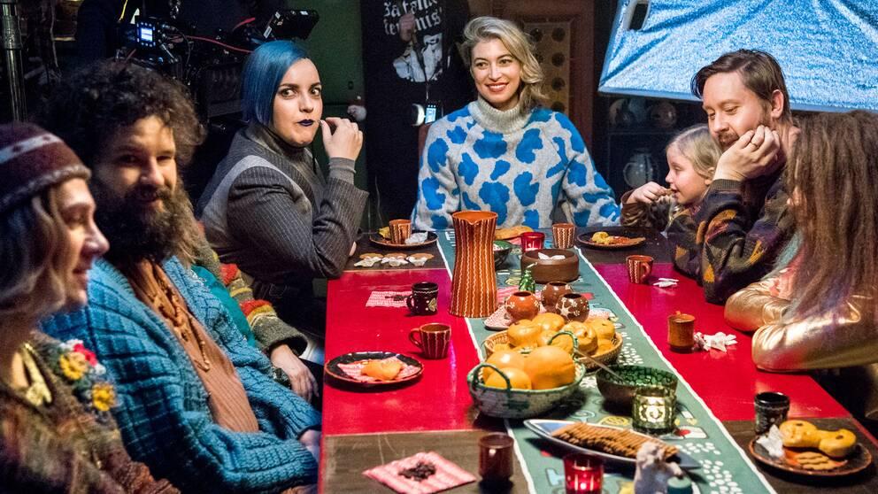 Årets julkalender Storm på lugna gatan handlar om familjen storm och deras grannar.